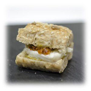 Mini sandwiche de tomate seco y burrata