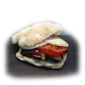Mini sandwiche de vegetales y queso de cabra